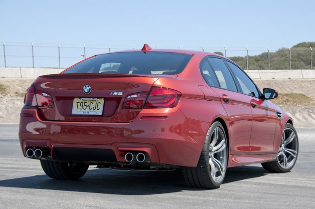 2013 BMW M5 6MT rear 3/4 view