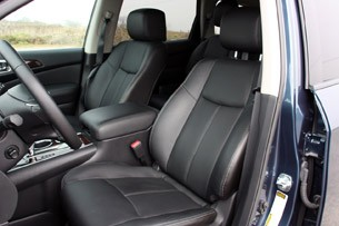 2013 Nissan Pathfinder front seats