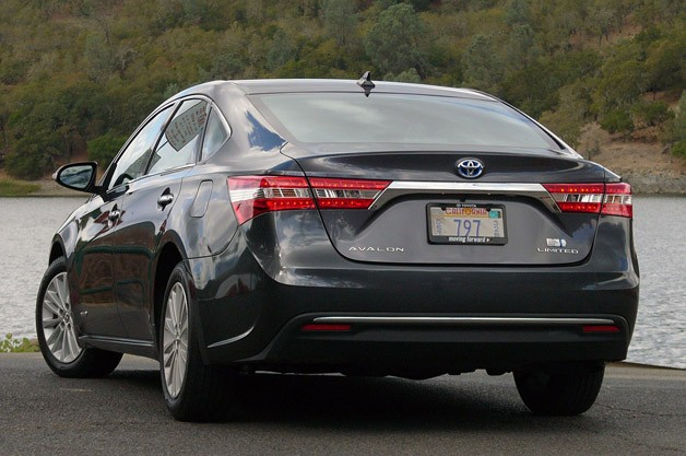 2013 Toyota Avalon rear 3/4 view