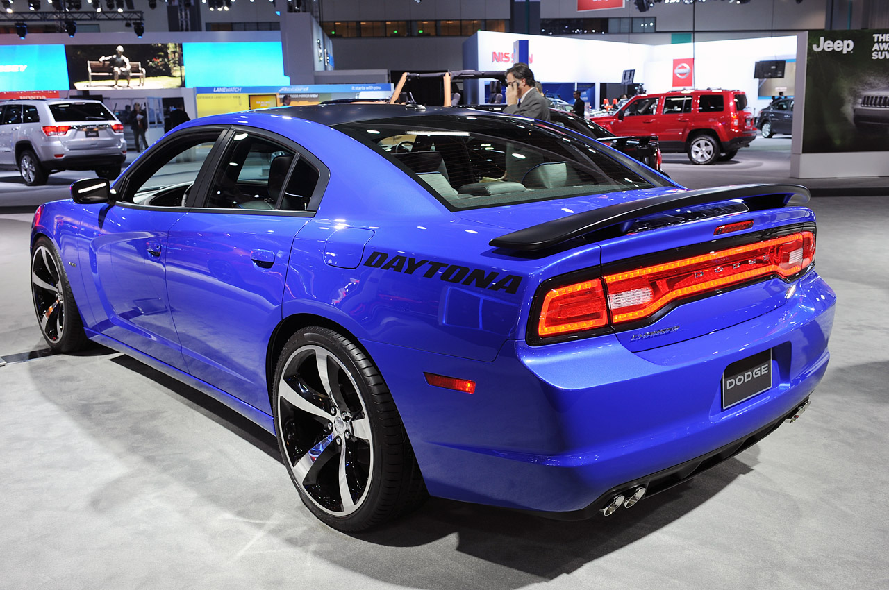 2013 dodge charger pays homage to its past with limited edition daytona package autoblog - Dodge Charger 2014 Dark Blue