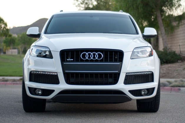 Audi Q7 - dead-on front view