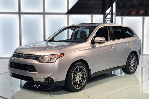 2014 Mitsubishi Outlander - live on show stand - front three-quarter view