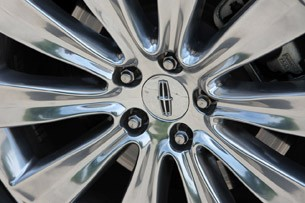 2013 Lincoln MKS EcoBoost wheel detail