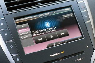 2013 Lincoln MKZ infotainment system