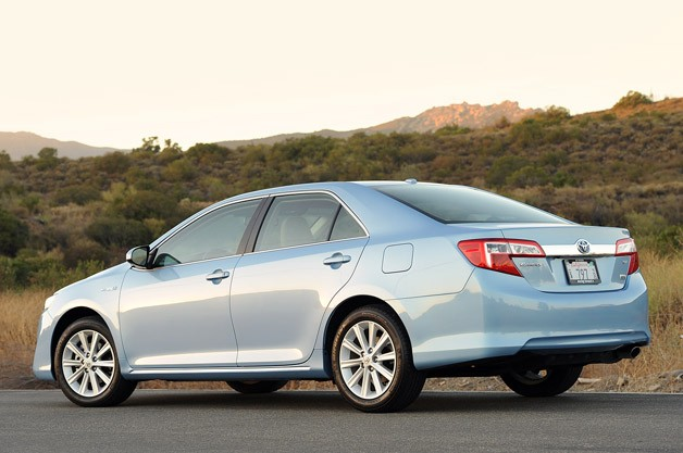 2013 Toyota Camry Hybrid rear 3/4 view