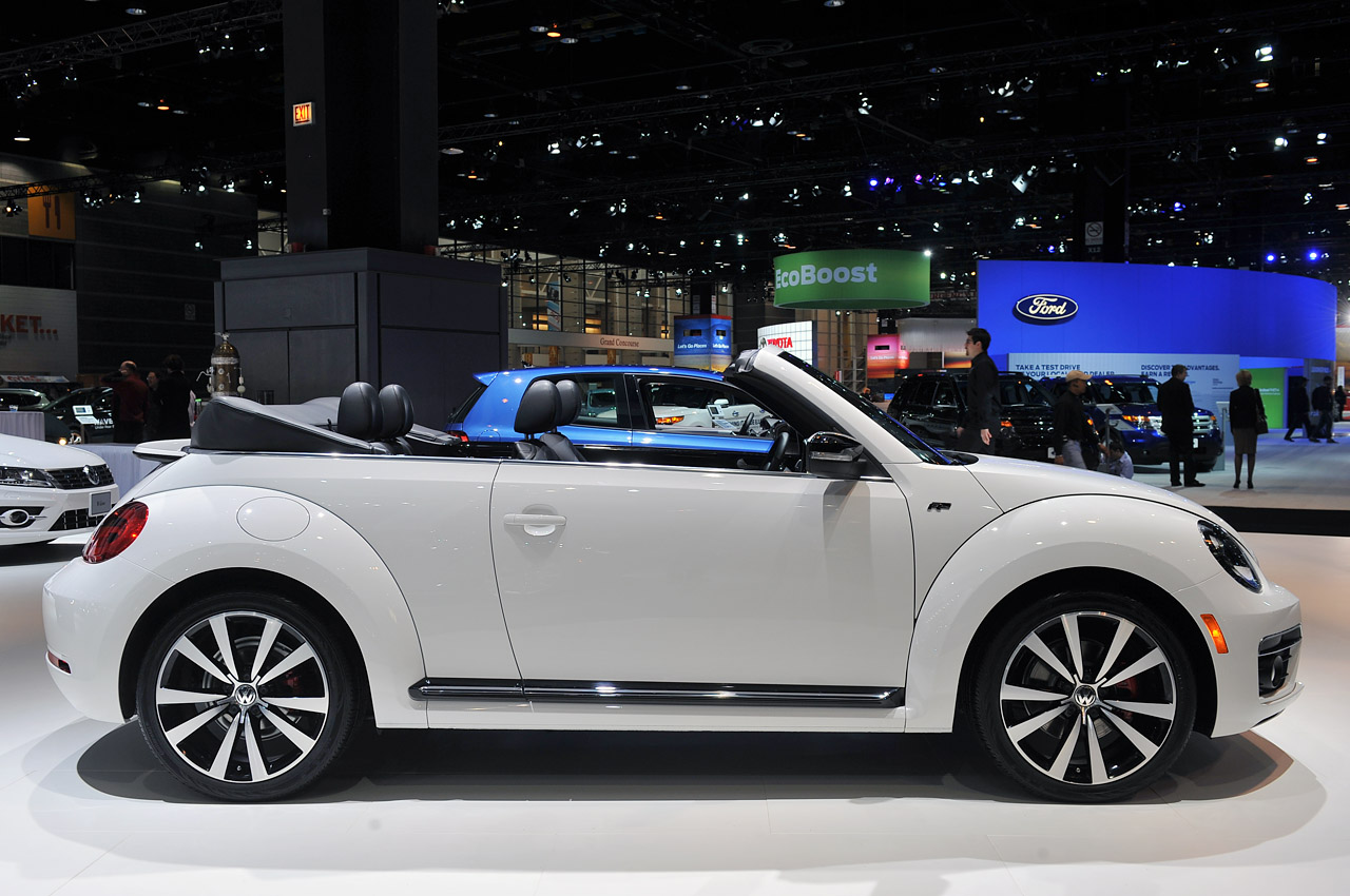 2014 volkswagen beetle convertible gets the r line treatment autoblog. Black Bedroom Furniture Sets. Home Design Ideas