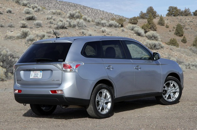2014 Mitsubishi Outlander rear 3/4 view