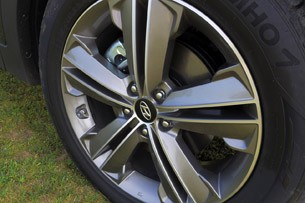 2013 Hyundai Sante Fe wheel