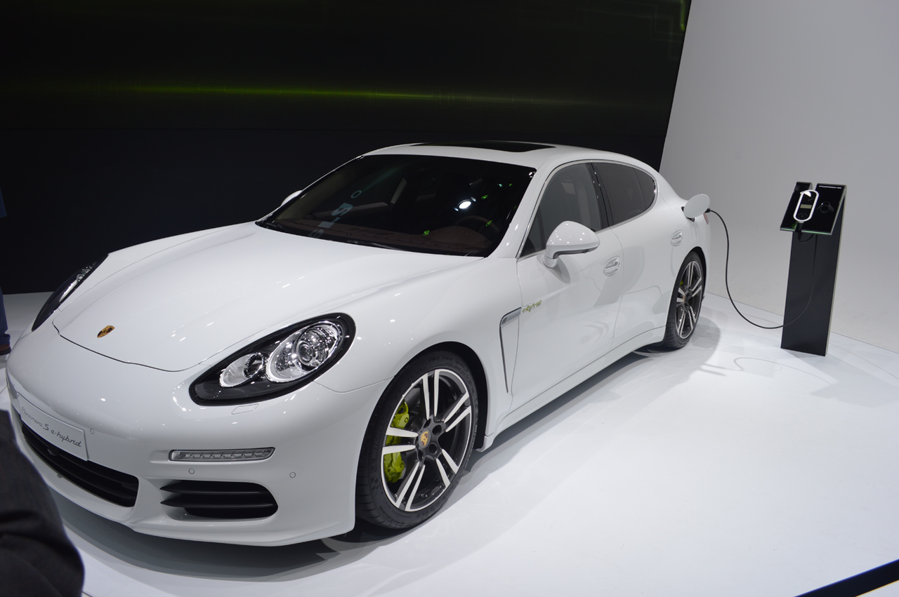 2014 porsche panamera s e hybrid is one mean green machine autoblog. Black Bedroom Furniture Sets. Home Design Ideas