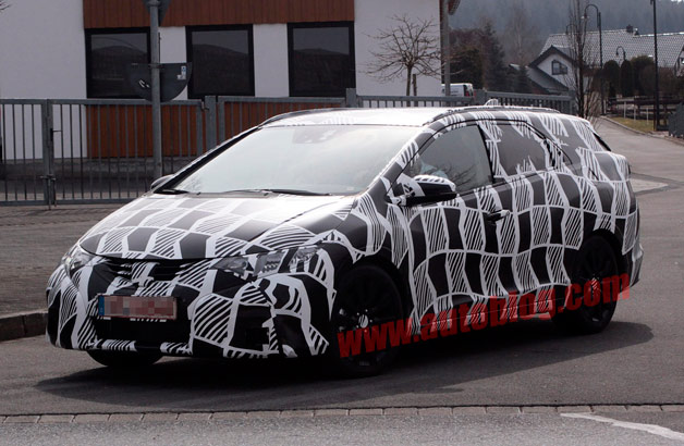 Honda Civic Tourer spy shots - front three-quarter view, camouflaged