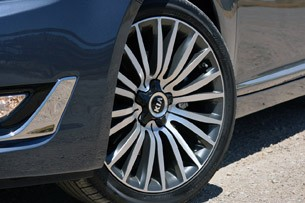 2014 Kia Cadenza wheel