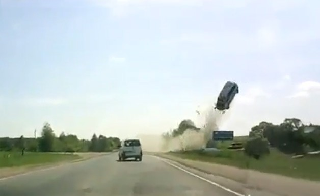 Russian dashcam captures high-flying Opel Zafira fatal accident - video screencap