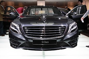 stand in front of the car and yup that larger grille is laaaaaaaaarrrrrrrrrrrge it will not be confused for an e class at anything less than a half - Mercedes Benz 2014 S Class Black