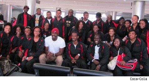 Idris Elba poses with the college students in South Africa