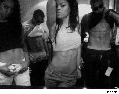 Omarion, Teyana Taylor, Chris Brown & another friend show off abs