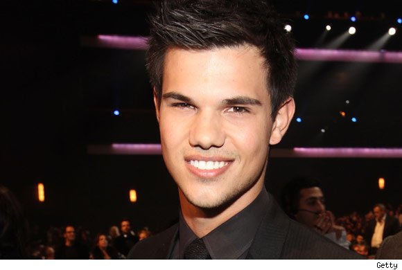 Taylor Lautner And His Girlfriend Kissing Taylor lautner abductionTaylor Lautner And Girlfriend Kissing