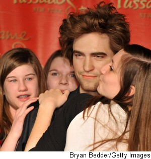 000_000_524_robert-pattinson-wax-figure-kiss