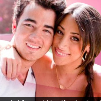 Reminder: Kevin &amp;amp; Danielle Jonas Live Chat Today