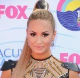Teen Choice Awards: Host Demi Lovato Gets Dissed; Co-Host Kevin McHale Sings ...