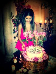 selena gomez, selena gomez and justin bieber, selena gomez birthday, selena gomez birthday cake, selena gomez teen choice awards happy birthday, selena gomez justin bieber birthday present, what did justin bieber get selena gomez for her birthday
