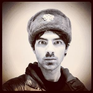 jonas brothers, jonas brothers news, jonas brothers in russia, jonas brothers russia, joe jonas russian hat, joe jonas russia, jonas brothers russia concert, jonas brothers st. petersburg