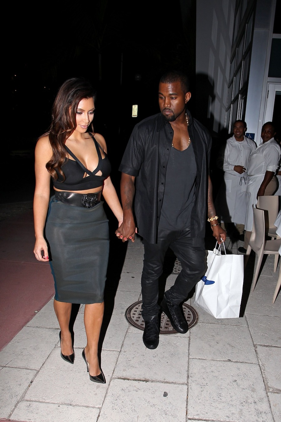 kim kardashian steps out in a bright golden dress | cambio