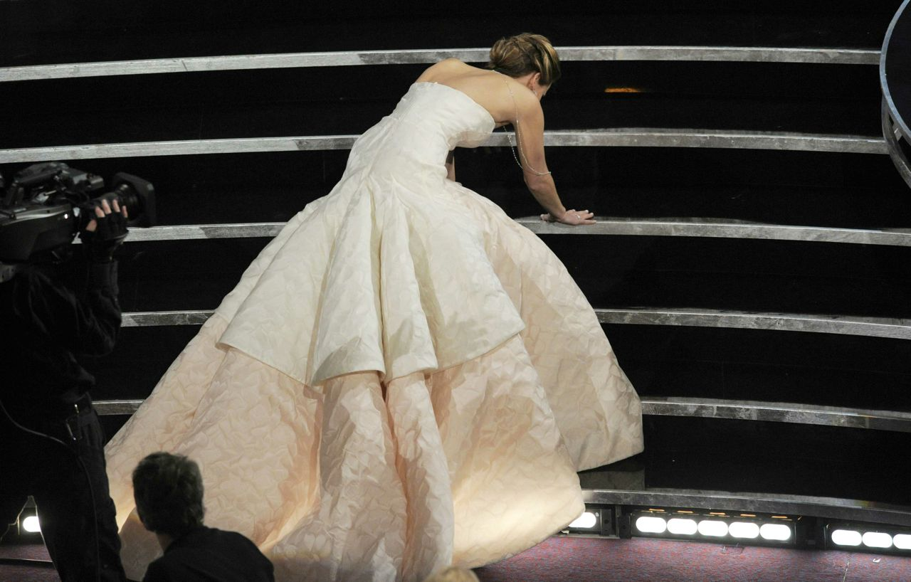 Jennifer Lawrence falls Oscars 2013 video