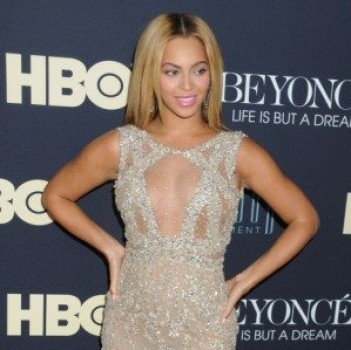 Beyonc&Atilde;&copy; Covers Amy Winehouse's &quot;Back to Black&quot; (LISTEN!)
