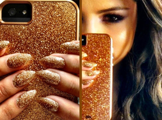 Selena Gomez glittery gold manicure matches iPhone