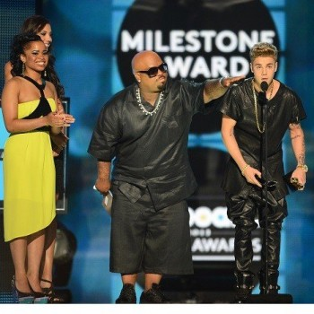 Justin Bieber Booed, Gets Standing Ovation at Billboard Music Awards