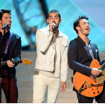 "Jonas Brothers Miss USA 2013: ""Pom Poms,"" ""First Time and ""Neon"" Preview"