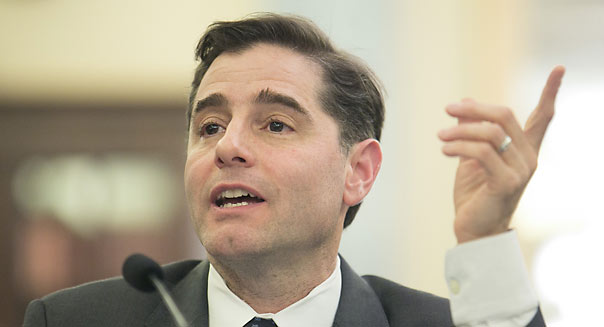 U.S. FCC chairman Julius Genachowski to leave agency