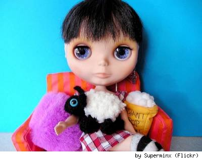 Blythe and a sheep amigurumi, by Flickr user Superminx.