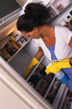 cleaning refrigerator