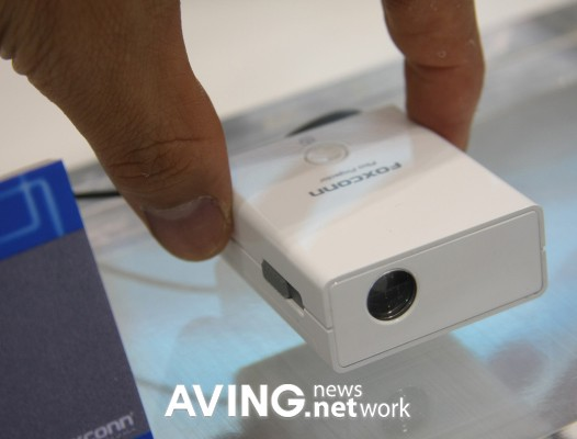 foxconn showcases tiny pd w1001 dlp projector