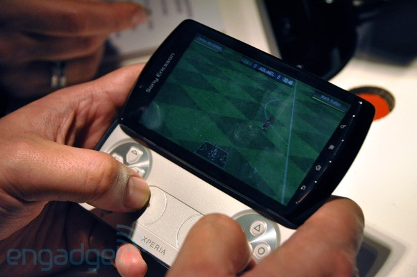 xplay final hands rm eng 600 Sony Ericsson Xperia Play: caratteristiche, foto, video e dettagli [MWC]