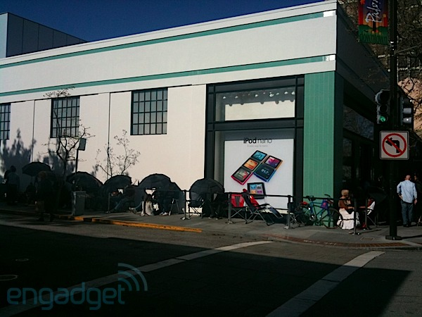 iPad 2 Lines Pictures by Engadget