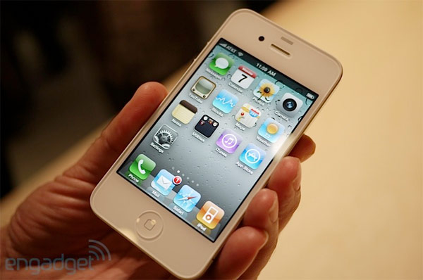 White iPhone 4 official, finally