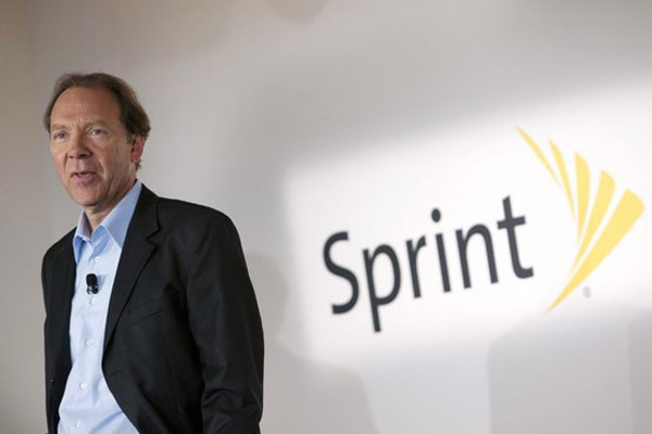 Sprint CEO takes pay cut as investors voice concern about high cost of iPhone deal