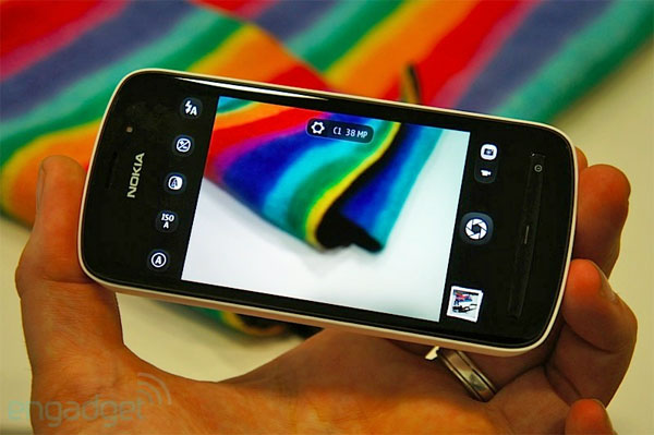 Nokia 808 PureView NFC detailed: share images with any compatible devices, Mastercard and Visa applications on their way