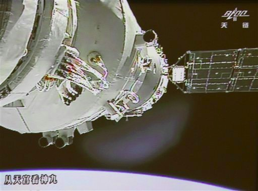 DNP Chinese astronauts go handson, manually dock with orbiting module