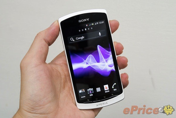 Chinabound Sony Xperia Neo L with ICS gets handled, holds nothing back