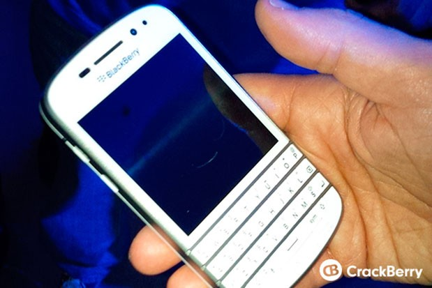Blackberry Q10 flashes pearly whites in brief sortie