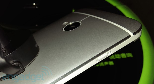 How the HTC One's back cover comes off, China style