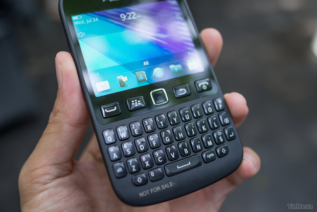 BlackBerry 9720 running BB71 boldly shows its curves in handson video