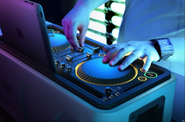 Philips announces iOSfriendly M1XDJ system, puts decks on your dock