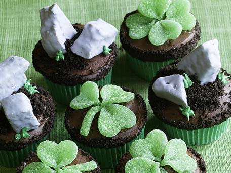St. Patrick\'s Day Cupcakes: Shamrocks and Blarney Stones