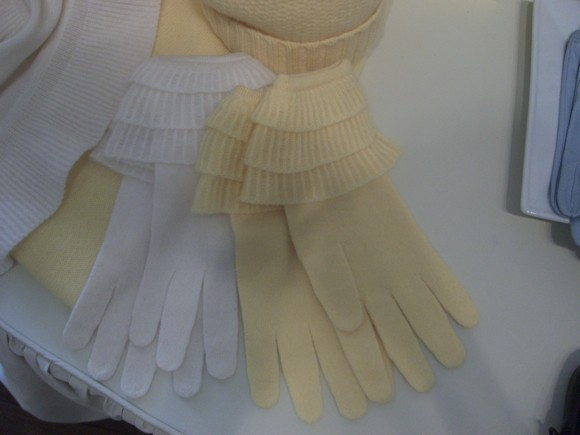 Ruffled cashmere gloves