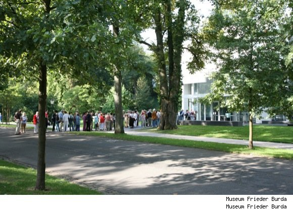 Crowds line up at Museum Frieder Bruda