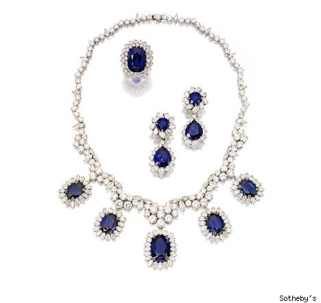 18 KARAT WHITE GOLD, SAPPHIRE AND DIAMOND NECKLACE AND PAIR OF PLATINUM, SAPPHIRE AND DIAMOND PENDANT-EARCLIPS